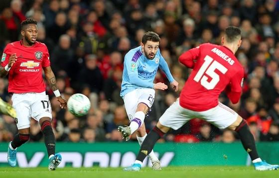 Hiểu rõ sự nguy hiểm từ các cú ra chân của Bernardo Silva, nhưng Man.United vẫn để anh thoái mái dứt điểm mở tỷ số. Ảnh: Getty Images