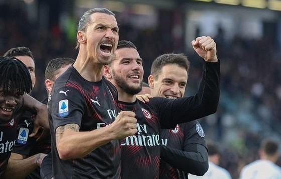 Zlatan Ibrahimovic mừng bàn thắng đầu tiên khi trở lại Milan. Ảnh: Getty Images