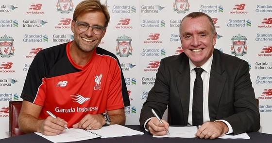 Ian Ayre và Jurgen Klopp trong khoảnh khắc có thể đang làm thay đổi lịch sử Liverpool. Ảnh: Getty Images