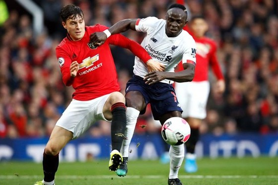 Man.United (trái) đang tụt lại phía sau Liverpool về mọi mặt. Ảnh: Getty Images