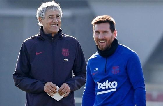 HLV Quique Setien và ngôi sao số 1 Lionel Messi khá thoải mái trên sân tập. Ảnh: Getty Images