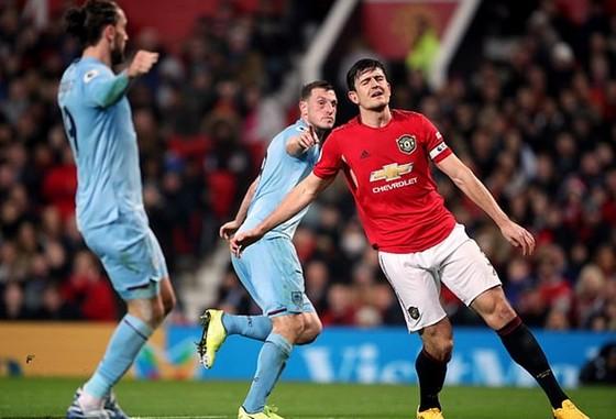 Dưới sân là sự chán chường của trung vệ đội trưởng Harry Maguire. Ảnh: Getty Images