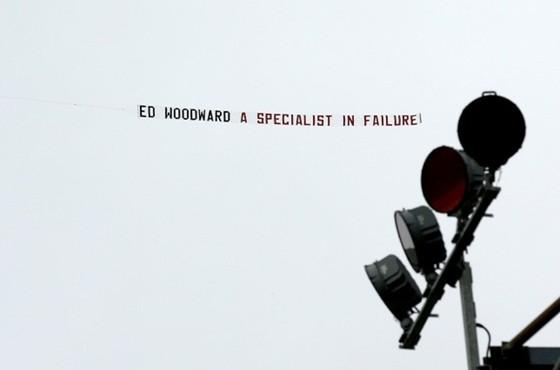Một nhóm CĐV tấn công nhà Phó chủ tịch Ed Woodward ảnh 1