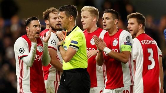 UEFA thừa nhận trọng tài sai, Ajax đòi bồi thường 10 triệu bảng ảnh 1