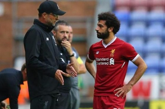 HLV Jurgen Klopp chắc chắn sẽ thảo luận thiệt hơn với Mohamed Salah. Ảnh: Getty Images