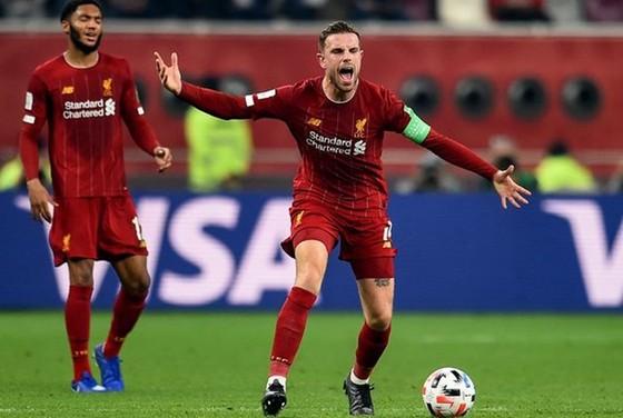 Theo Andrew Robertson, đội trưởng Jordan Henderson là chỗ dựa tinh thần của cầu thủ Liverpool. Ảnh: Getty Images
