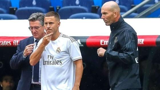 HLV Zinedine Zidane vui mừng chào đón Eden Hazard trở lại. Ảnh: Getty Images