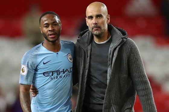 Hai nhân tố quan trọng HLV Pep Guardiola và Raheem Sterling được biết sẽ cam kết với Man.City. Ảnh: Getty Images