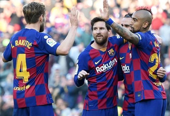 Lionel Messi và đồng đội khó tập trung tối đa khi ra sân tại Napoli. Ảnh: Getty Images
