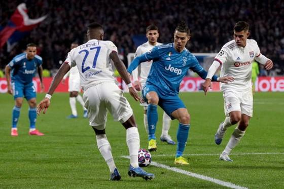 Cristiano Ronaldo cô đơn trong vòng vây cầu thủ Lyon.