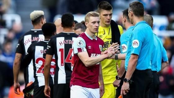Nghi thức bắt tay trước trận bị tạm thời được Premier League đình chỉ. Ảnh: Getty Images
