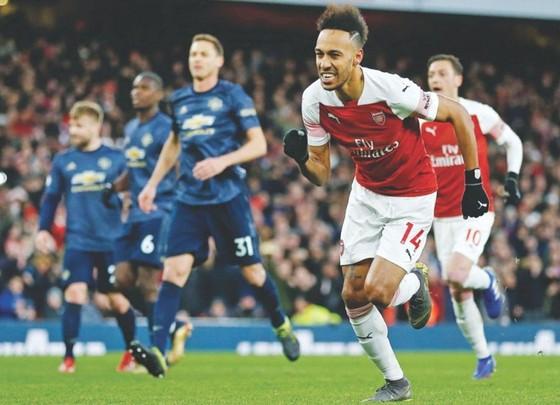 Pierre-Emerick Aubameyang trong một lần ghi bàn vào lưới Man.United. Ảnh: Getty Images