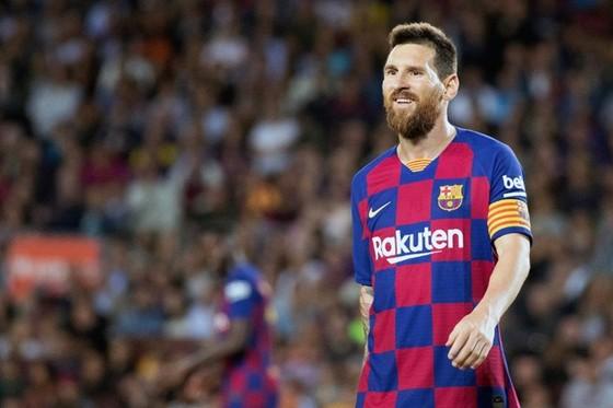 Trong khi Lionel Messi sẵn sàng cắt giảm 70% trong mức ương khổng lồ của mình, các ngôi sao ở Anh thì không. Ảnh: Getty Images
