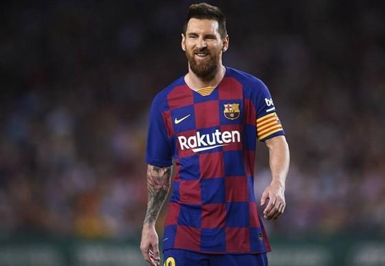 Barcelona không thể buộc Lionel Messi giảm 70% mức lương cao nhất thế giới nhưng sau đó lại chi hàng đống tiền mua ngôi sao. Ảnh: Getty Images