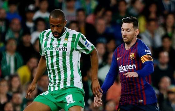 Emerson trong lần đối đầu Lionel Messi. Ảnh: Getty Images