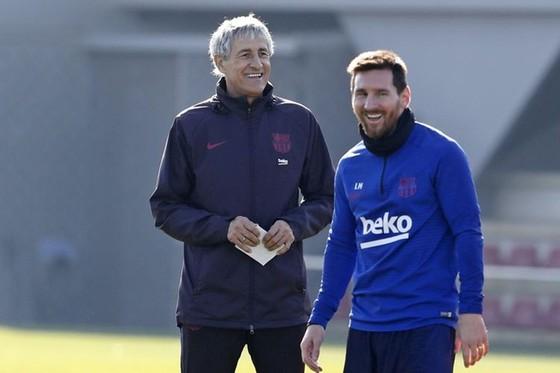 HLV Quique Setien tin Lionel Messi hạnh phúc và cam kết với Barca. Ảnh: Getty Images