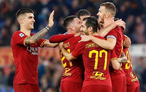 Cầu thủ AS Roma tình nguyện không nhận khoản tiền lương 4 tháng cuối mùa. Ảnh: Getty Images