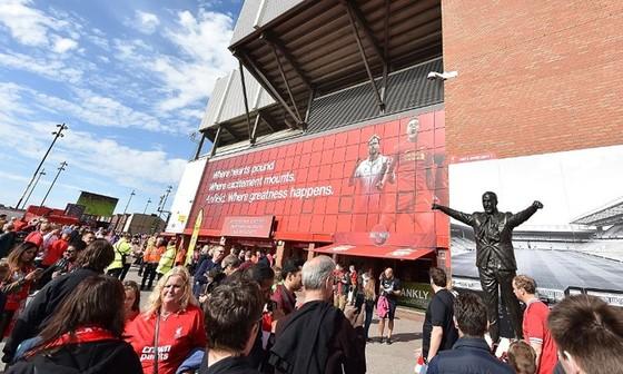 Người hâm mộ rất khó kiểm soát bản thân trước thời điểm đăng quang của Liverpool. Ảnh: Getty Images