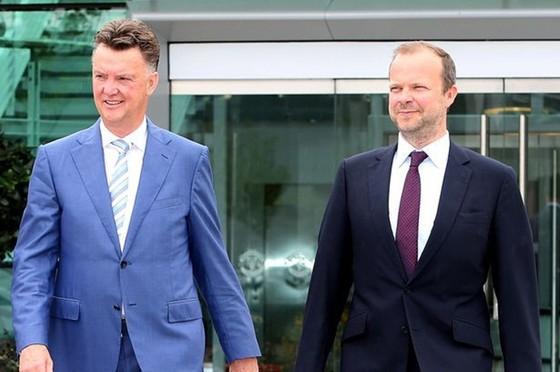 Louis van Gaal không ngừng hướng chỉ trích vào Ed Woodward (phải). Ảnh: Getty Images