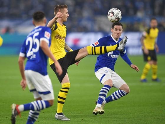 """Trận """"derby vùng Ruhr"""" hâm nóng ngày Bundesliga trở lại. Ảnh: Getty Images"""