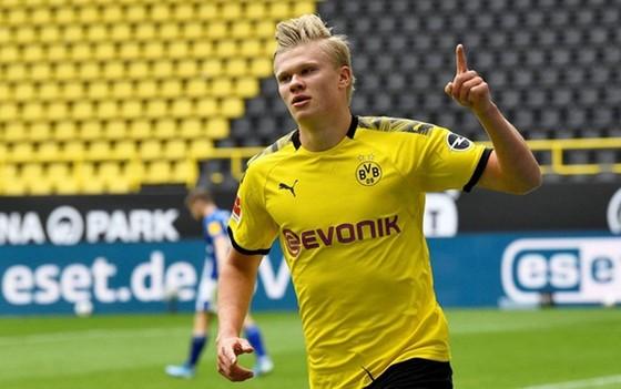 Erling Braut Haaland tiếp tục tỏa sáng giúp Borussia Dortmund đè bẹp Schalke. Ảnh: Getty Images
