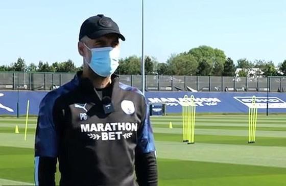HLV Pep Guardiola và sự vắng lặng trên sân tập thời dịch.