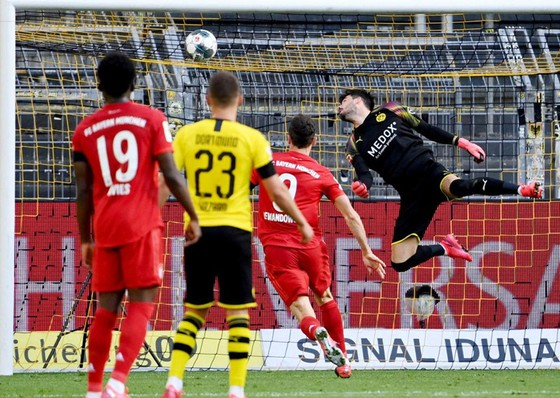 Thủ thành Roman Buerki bất lực nhìn bóng vào lưới, Dortmund cũng buông bỏ cuộc đua trước Bayern. Ảnh: Getty Images