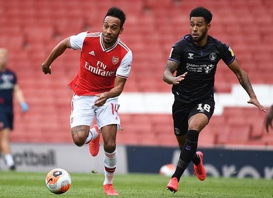 Pierre-Emerick Aubameyang đi bóng trước cầu thủ Charlton. Ảnh: Getty Images