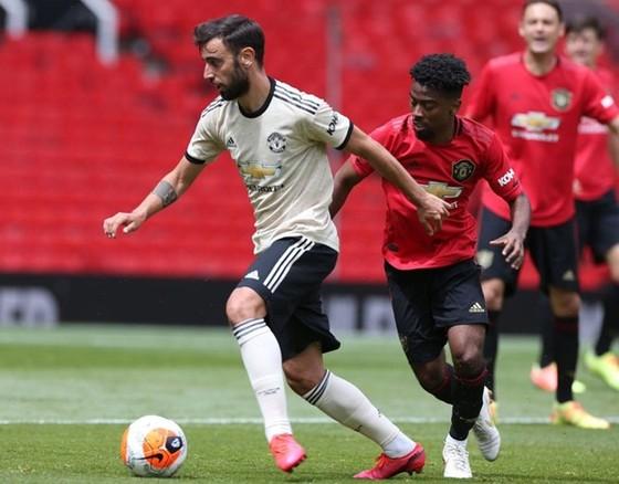 Man.United lại phải chia đội hình ra thi đấu với nhau. Ảnh: Getty Images
