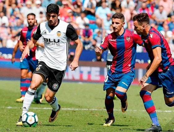 Valencia (trái) bất ngờ để Levante níu chân với tỷ số 1-1.