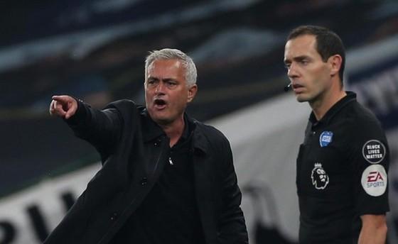 HLV Jose Mourinho phản ứng mạnh sau các quyết định thổi phạt đền.