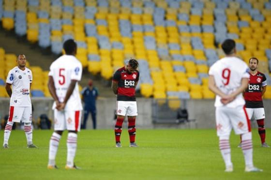 Cầu thủ Flamengo và Bangu mặc niệm các nạn nhân Covid-19.