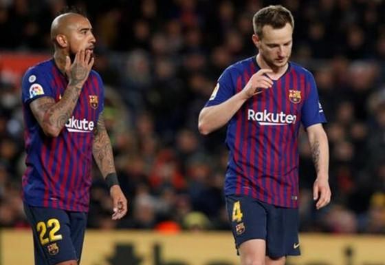Barca muốn đạt thỏa thuận bán Ivan Rakitic (phải) và Arturo Vidal ngay trong tháng này. Ảnh: Getty Images