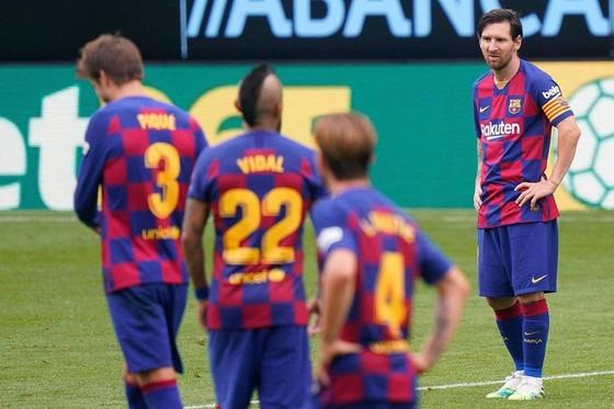 Barcelona đang tự đẩy mình vào bất lợi lớn trong cuộc đua vô địch. Ảnh: Getty Images