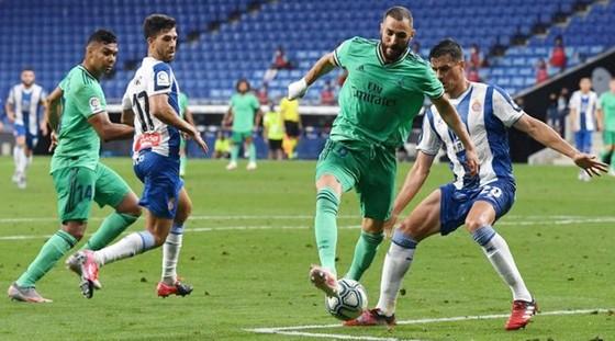 Khoảnh khắc Karim Benzema đánh gót giúp Casemiro ghi bàn thắng duy nhất.