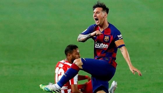 Một hành động mất kiểm soát của Lionel Messi trong trận đấu. Ảnh: Getty Images