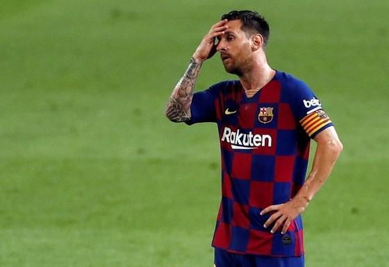 Lionel Messi thất vọng sau thất bại trước Osasuna. Ảnh: Getty Images