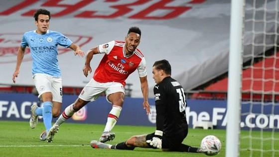Pierre-Emerick Aubameyang tỏa sáng với cú đúp đưa Arsenal vào chung kết FA Cup. Ảnh: Getty Images