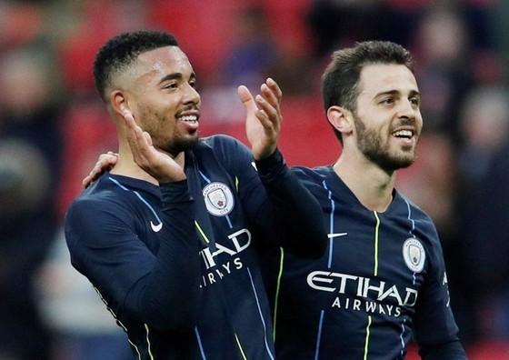 Bernardo Silva (phải) và Gabriel Jesus nằm trong đề nghị gửi đến Barcelona. Ảnh: Getty Images