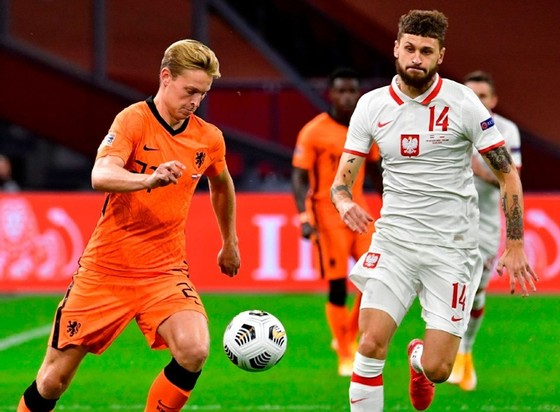 Hà Lan (trái) vẫn duy trì sức mạnh khi đánh bại Ba Lan. Ảnh: Getty Images