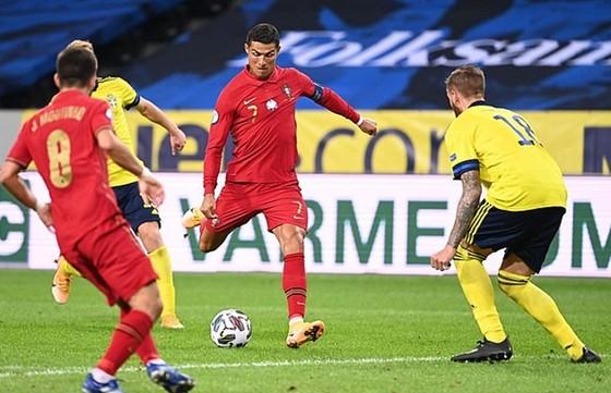 Nations League: Ronaldo đi vào lịch sử với cú đúp ảnh 1