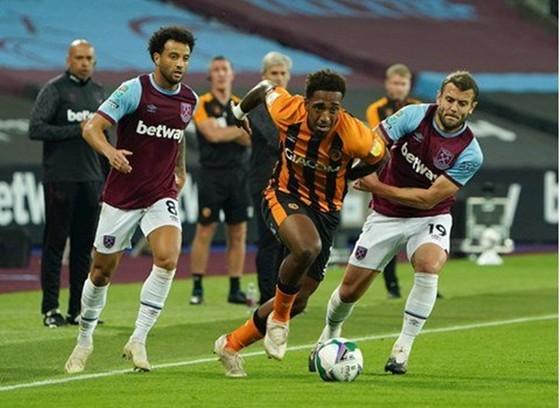 Hull City (giữa) đã từ chối xét nghiệm dù phía West Ham sẵn sàng chi tiền cho điều đó. Ảnh: Getty Images