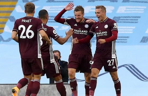Jamie Vardy tỏa sáng để giúp Leicester thắng ấn tượng. Ảnh: Getty Images