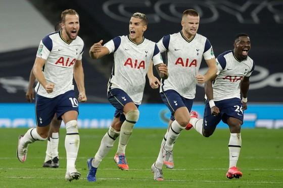 Tottenham mừng thành tích vào tứ kết Cúp Liên đoàn. Ảnh: Getty Images