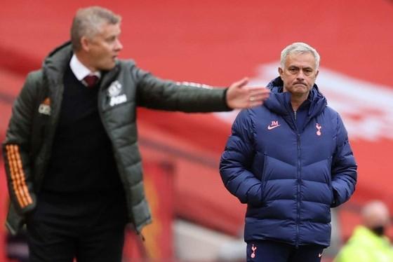 HLV Jose Mourinho đã có những chia sẻ với Ole Gunnar Solskjaer sau kết quả sốc. Ảnh: Getty Images