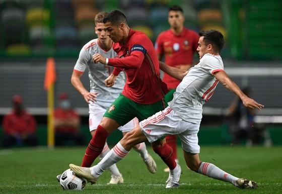"""Pháp tỏa sáng, Ronaldo """"bó chân"""" trước Tây Ban Nha ảnh 1"""