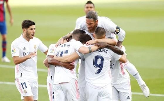 HLV Zidane bảo vệ quyết định thổi phạt đền ở trận El Clasico ảnh 1