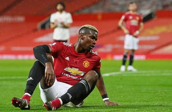 Paul Pogba chán nản sau pha phạm lỗi ngu ngốc của mình. Ảnh: Getty Images