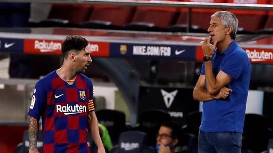 Quique Setien thừa nhận không thể hòa hợp với Lione Messi. Ảnh: Getty Images
