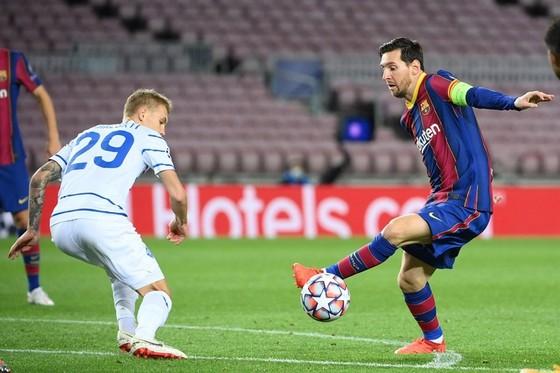 Lionel Messi ghi bàn giúp Barcelona vượt qua Dynamo Kiev.